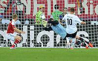 FUSSBALL  EUROPAMEISTERSCHAFT 2012   VORRUNDE Daenemark - Deutschland       17.06.2012 Lukas Podolski (Deutschland)  erzielt das Tor zum 0:1. Torwart Stephan Andersen (Daenemark) kommt nicht an den Ball