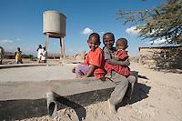 07 OCT 2009, MOSHI/TANZANIA:<br /> Kinder eines Dorfes, das durch ein von der KfW finanziertes Projekt eine Trinkwasserversorgung durch einen Hochtank (im Hintergrund) erhalten hat, ONE Informationsreise nach Tansania, Moshi / Kilimandschro<br /> IMAGE: 20091007-01-295<br /> KEYWORDS: Reise, Trip, Entwicklungshilfe, Afrika, Africa, Kind, children, child, Wasserversorgung, Trinkwasser, Wasser