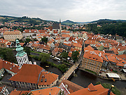 Cesky Krumlov, Krumau/Tschechische Republik, Tschechien, CZE, 26.07.2008: Blick auf die historische Altstadt von Cesky Krumlov (Böhmisch Krumau/ Krumau) . Die Hochschätzung dieses Ortes durch inländische und ausländische Experten führte allmählich zur Aufnahme in die höchste Stufe des Denkmalschutzes. Im Jahre 1963 wurde die Stadt zum Stadtdenkmalschutzgebiet erklärt, im Jahre 1989 wurde das Schloßareal zum nationalen Kulturdenkmal erklärt und im Jahre 1992 wurde der ganze historische Komplex ins Verzeichnis der Denkmäler des Kultur- und Naturwelterbes der UNESCO aufgenommen.<br /> <br /> Cesky Krumlov/Czech Republic, CZE, 26.07.2008: View to the historical oldtown of Cesky Krumlov, with its architectural standard, cultural tradition, and expanse, ranks among the most important historic sights in the central European region. Building development from the 14th to 19th centuries is well-preserved in the original groundplan layout, material structure, interior installation and architectural detail. Situated on the banks of the Vltava river, the town was built around a 13th-century castle with Gothic, Renaissance and Baroque elements. It is an outstanding example of a small central European medieval town whose architectural heritage has remained intact thanks to its peaceful evolution over more than five centuries.