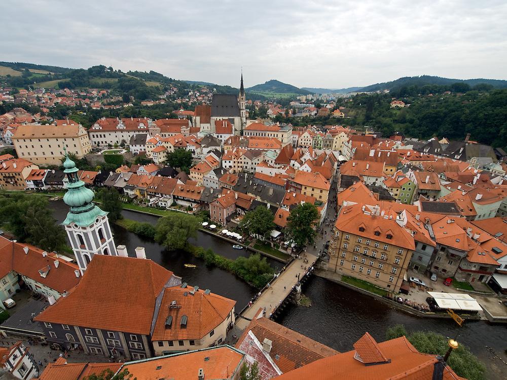 Cesky Krumlov, Krumau/Tschechische Republik, Tschechien, CZE, 26.07.2008: Blick auf die historische Altstadt von Cesky Krumlov (Böhmisch Krumau/ Krumau) . Die Hochschätzung dieses Ortes durch inländische und ausländische Experten führte allmählich zur Aufnahme in die höchste Stufe des Denkmalschutzes. Im Jahre 1963 wurde die Stadt zum Stadtdenkmalschutzgebiet erklärt, im Jahre 1989 wurde das Schloßareal zum nationalen Kulturdenkmal erklärt und im Jahre 1992 wurde der ganze historische Komplex ins Verzeichnis der Denkmäler des Kultur- und Naturwelterbes der UNESCO aufgenommen.<br /> <br /> Cesky Krumlov/Czech Republic, CZE, 26.07.2008: View to the historical oldtown of Cesky Krumlov, with its architectural standard, cultural tradition, and expanse, ranks among the most important historic sights in the central European region. Building development from the 14th to 19th centuries is well-preserved in the original groundplan layout, material structure, interior installation and architectural detail. Situated on the banks of the Vltava river, the town was built around a 13th-century castle with Gothic, Renaissance and Baroque elements. It is an outstanding example of a small central European medieval town whose architectural heritage has remained intact thanks to its peaceful evolution over more than five centuries.
