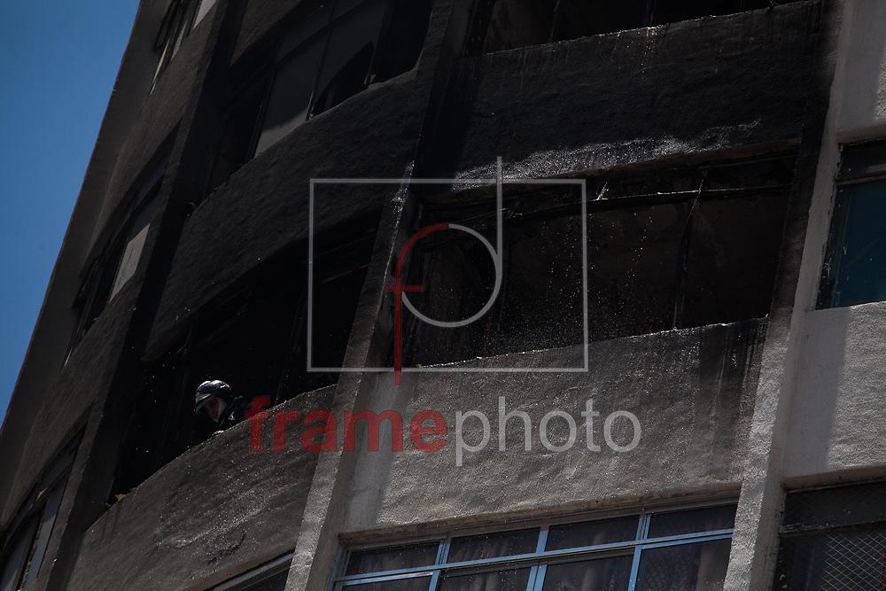 São Paulo, SP - 22/01/2014 - Incêndio atingiu dois andares de um edifício residencial na esquina das ruas dos Protestantes e General Osório, no Centro de São Paulo, região da Luz, na manhã de hoje. Onze viaturas dos bombeiros e o helicóptero Águia da Polícia Militar foram deslocados para o local, mas não houve vítimas. Bombeiros e homens da Defesa Civil ajudaram a retirar moradores do local. Foto: Rodrigo Dionisio/Frame