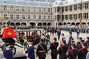 Aankomst koninklijke familie in de gouden koets bij de Ridderzaal op Prinsjesdag 2012. /// Arrival royal family in the golden coach at the Riddrerzaal on &quot;Prinsjesdag&quot;in The Hague<br /> <br /> Op de foto / On the photo: Prinses Margriet en Pieter van Vollenhoven arriveren samen met prins Constantijn en prinses Laurentien