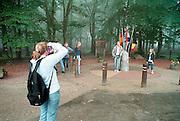 Nederland, Vaals, 27-8-2002Jongeren maken van elkaar een foto op het drielandenpunt. Toerisme, recreatieFoto: Flip Franssen/Hollandse Hoogte