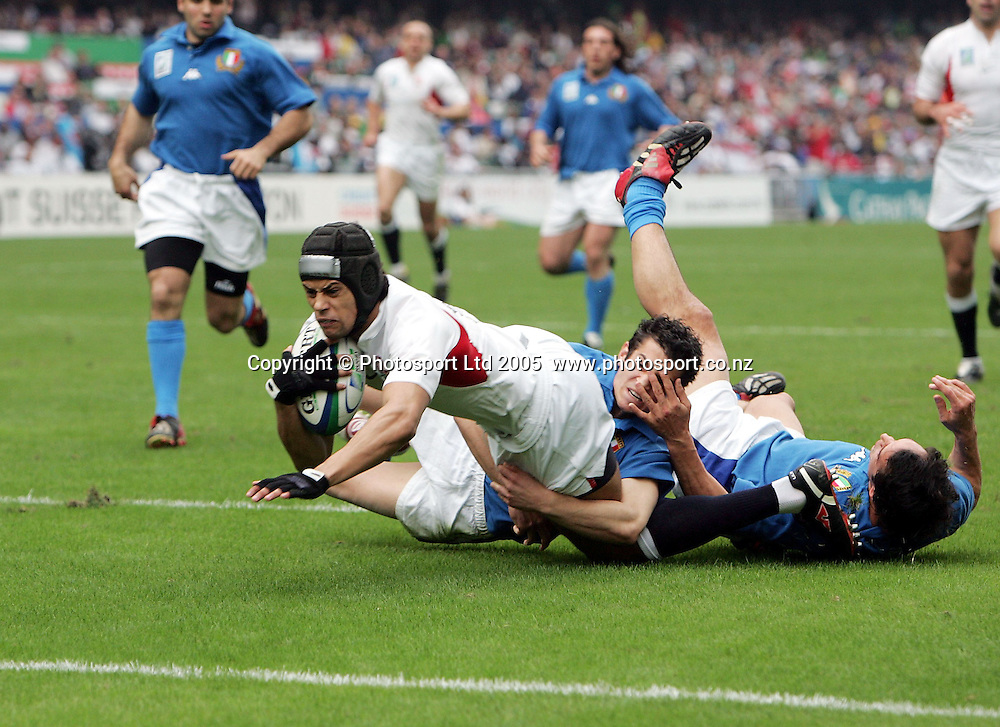 England's Richard Haughton dives in for a try during England's pool game vs Italy at the 2005 Rugby World Cup Sevens, Hong Kong, Friday 18 March 2005. England defeated Italy 41-0.<br />PHOTO: Andrew Cornaga/PHOTOSPORT
