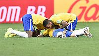 FUSSBALL WM 2014  VORRUNDE    Gruppe A    12.06.2014 Brasilien - Kroatien Jubel: Ramires (li) und Daniel Alves (re, beide Brasilien) freuen sich