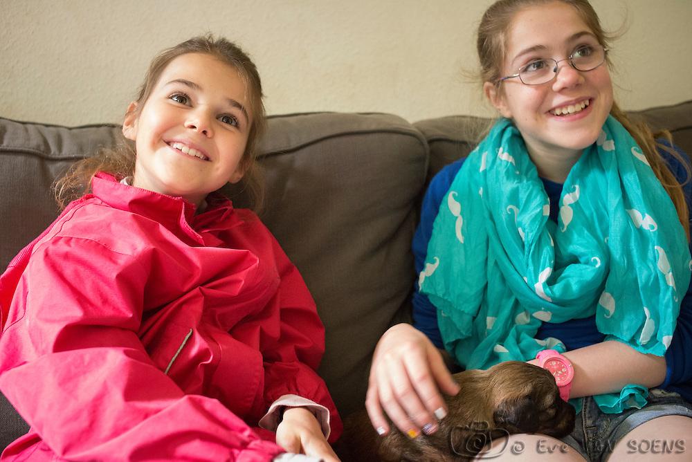 Léna Louise et Valérie découvrent les chiots de Ganja chez Isa