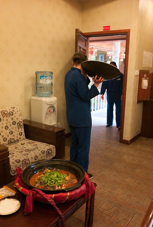 Nankin, Chine. Tombe du Roi de Boni. Restaurant traditionnel dans le parc de la tombe du Roi de Boni. C'est la tombe de Manarejiana - Sultan Abdul Majid Hassan - le Roi de Boni, le Brunei d'aujourd'hui. Elle date du XVe si&egrave;cle et c'est l'une des deux tombes de chefs d'&eacute;tats &eacute;trangers en Chine.<br /> <br /> Nanjing, China. Tomb of the King of Boni. Traditional restaurant in the park of the tomb. Built in the early 15th century, the tomb holds the remains of Manarejiana (Sultan Abdul Majid Hassan), ruler of Boni, the present day Brunei. This is one of the two foreign rulers' tombs in China.