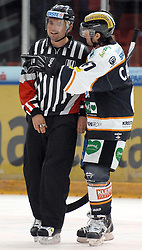 05.12.2010, Eisstadion Liebenau, Graz, AUT, EBEL, Graz 99ers vs Fehervar, im Bild Christoph Harand (61, A, Moser Medical Graz 99ers), Referee, Schiedsrichter, Feature, Diskussion, EXPA Pictures © 2010, PhotoCredit: EXPA/ J. Hinterleitner