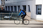 In Utrecht rijdt een fietskoerier over het Stadsplateau.<br /> <br /> In Utrecht a bike messenger rides at the Stadsplateau.