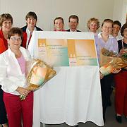 NLD/Huizen/20050510 - Bejaardencentrum Vooranker Huizen introductie nieuw alarmeringssysteem teamleden krijgen bloemen