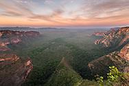 Felsformationen in der Chapada dos Guimaraes, Brasilien in der Morgendämmerung, Brasilien<br /> <br /> Rock formations in the Chapada dos Guimaraes, Brazil at dawn, Brazil