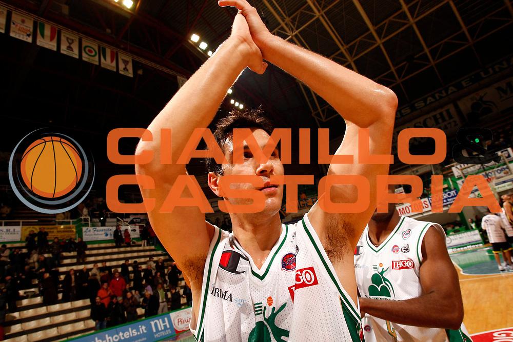 DESCRIZIONE : Siena Lega A 2009-10 Montepaschi Siena Sigma Coatings Montegranaro<br /> GIOCATORE : Nikos Zisis<br /> SQUADRA : Montepaschi Siena <br /> EVENTO : Campionato Lega A 2009-2010<br /> GARA : Montepaschi Siena Sigma Coatings Montegranaro<br /> DATA : 20/12/2009<br /> CATEGORIA : esultanza<br /> SPORT : Pallacanestro<br /> AUTORE : Agenzia Ciamillo-Castoria/P.Lazzeroni<br /> Galleria : Lega Basket A 2009-2010<br /> Fotonotizia : Siena Campionato Italiano Lega A 2009-2010 Montepaschi Siena Sigma Coatings Montegranaro<br /> Predefinita :