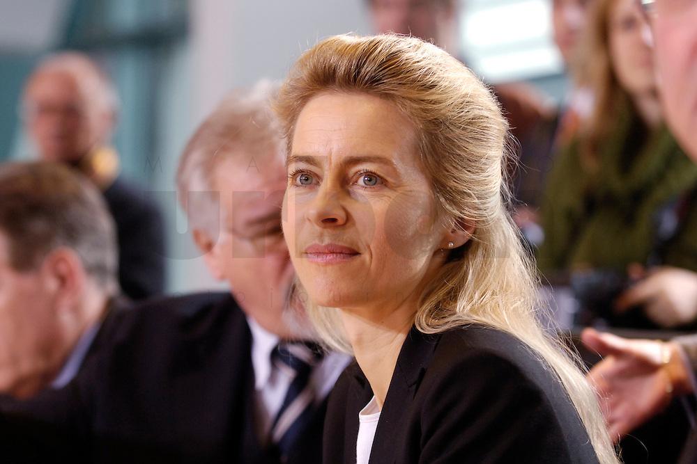 08 FEB 2006, BERLIN/GERMANY:<br /> Ursula von der Leyen, CDU, Bundesfamilienministerin, vor Beginn der Kabinettsitzung, Bundeskanzleramt<br /> IMAGE: 20060208-01-023<br /> KEYWORDS: Sitzung, Kabinett
