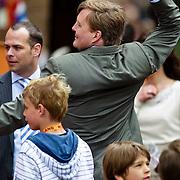 NLD/Middelburg/20100430 -  Koninginnedag 2010, Willem - Alexander met een Wii