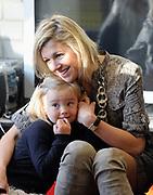WASSENAAR - Prinses Ariane zit maandag nog wat onwennig bij haar moeder, prinses Maxima, op haar eerste dag op de basisschool. De jongste dochter van prinses Maxima en prins Willem-Alexander werd door haar ouders en zusjes naar de Bloemcampschool in Wassenaar gebracht. De prinses komt in groep 1A. ANP ROYAL IMAGES LEX VAN LIESHOUT POOL