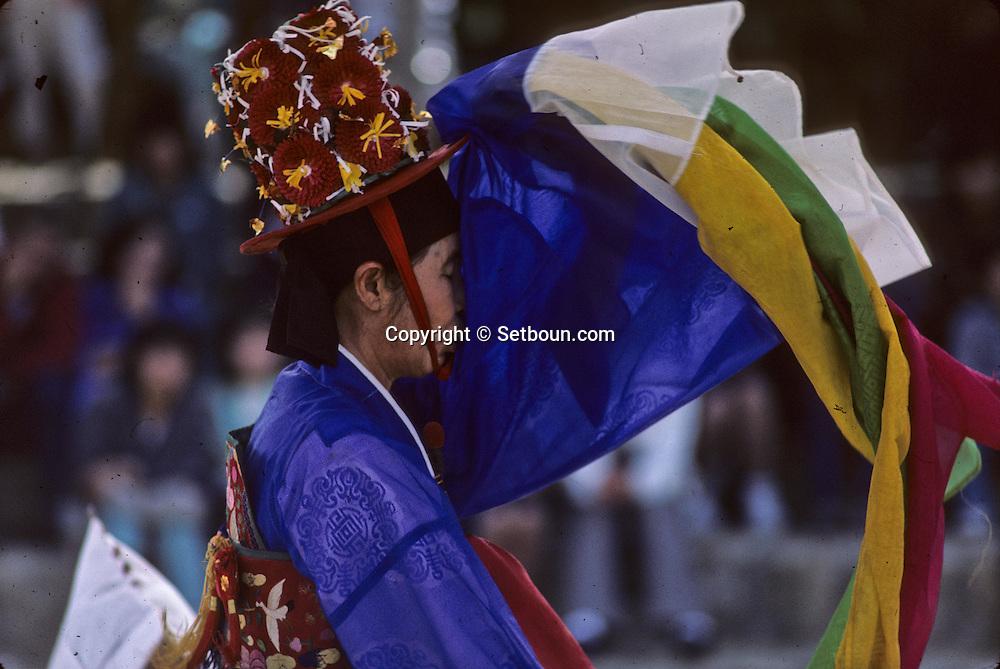 chamnic dance///danse des chaman///Les grelots et l'éventail sont les attributs des chamans, qui les héritent du maître qui a encouragé leur vocation.