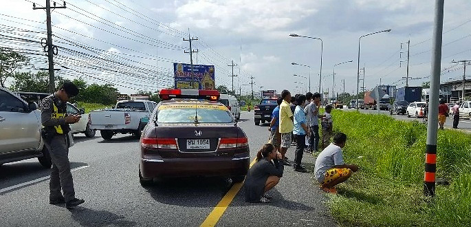 On the afternoon of October 5 Banglamung police station received reports of an unidentified body laying face down in a marsh on Sukhumvit Road outside Banglamung Temple.<br /> <br /> The man, thought to be aged between thirty and thirty-five-years old, was wearing black t-shirt and shorts and was without shoes.<br /> <br /> Medics estimated he had been dead for around 24-hours. The body has no wounds or other signs of injury. There was no ID or any valuable belongings found.<br /> <br /> Forty-eight year old Mrs Duangkamol Kornsawang, an employee of the Highways Department, made the discovery whilst on normal inspection duties and informed the police.<br /> <br /> Officers believe, given the evidence available, that the man was of no fixed address and who had been 'just been hanging around the area.'<br /> <br /> The body has been sent for autopsy in order to reveal the cause of death.<br /> ©Exclusivepix Media