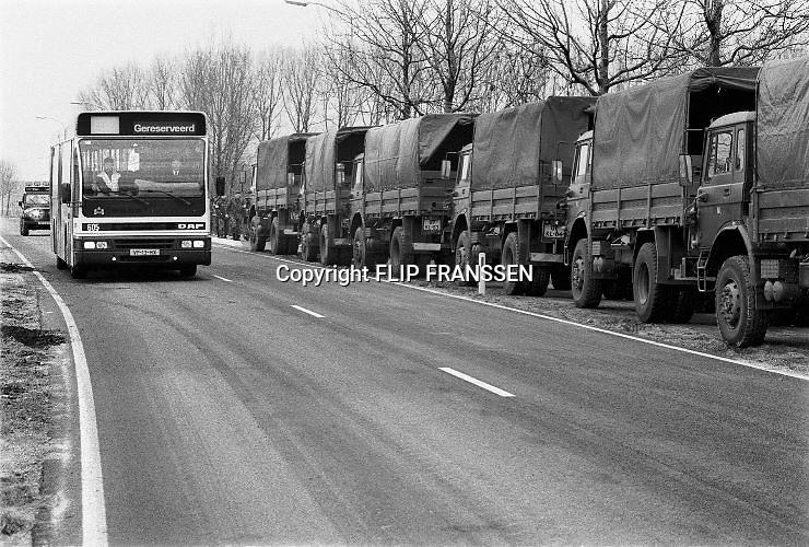 Nederland, Ooij, 01-02-1995Eind januari, begin februari 1995 steeg het water van de Rijn, Maas en Waal tot record hoogte van 16,64 m. bij Lobith. Een evacuatie van 250.000 mensen was noodzakelijk vanwege het gevaar voor dijkdoorbraak en overstroming. op verschillende zwakke punten werd geprobeerd de dijken te versterken met zandzakken. Hier in de Ooijpolder bij Nijmegen staat het leger klaar om mensen te evacueren. Ook busberdijven halen mensen op.Late January, early February 1995 increased the water of the Rhine, Maas and Waal to a record high of 16.64 meters at Lobith. An evacuation of 250,000 people was needed because of flood risk. At several points people tried to reinforce the dikes with sandbags. Foto: Flip Franssen/Hollandse Hoogte