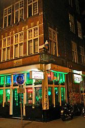 """Em Amsterdã o consumo e venda de maconha (cannabis) e hashish, chamadas de soft drugs, são tolerados pelas autoridades (não lícitos). Os menus de cannabis normalmente deveriam ficar """"escondidos"""" no balcão ou atrás de um vidro preto (aperta-se um botão para acendê-lo), pois umas das cinco regras que os estabelecimentos têm que cumprir é de não divulgar seus produtos, motivo que levou a maior parte dos coffee shops a aderirem a pinturas psicodélicas, desenhos de folhas de maconha ou as cores do movimento Rastafári: amarelo, verde e vermelho. FOTO: Jefferson Bernardes/Preview.com"""