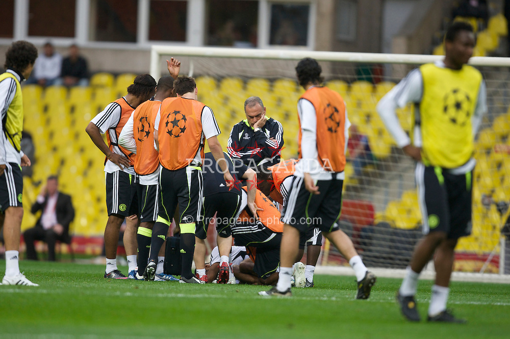 MOSCOW, RUSSIA - Tuesday, May 20, 2008: Chelsea's manager Avram Grant looks on concerned as Ashley Cole goes down injured during training ahead of the UEFA Champions League Final against Manchester United at the Luzhniki Stadium. (Photo by David Rawcliffe/Propaganda)
