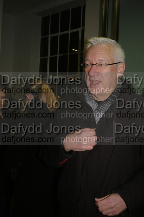 Michael Craig-Martin. Chemical Life Support opening, White Cube. 3 March 2005. ONE TIME USE ONLY - DO NOT ARCHIVE  © Copyright Photograph by Dafydd Jones 66 Stockwell Park Rd. London SW9 0DA Tel 020 7733 0108 www.dafjones.com