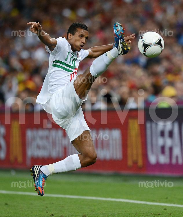 FUSSBALL  EUROPAMEISTERSCHAFT 2012   HALBFINALE Portugal - Spanien                  27.06.2012 Nani (Portugal) Einzelaktion am Ball