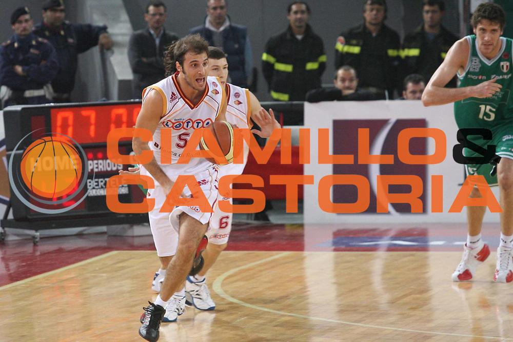 DESCRIZIONE : Roma Lega A1 2006-07 Lottomatica Virtus Roma Benetton Treviso <br /> GIOCATORE : Giachetti <br /> SQUADRA : Lottomatica Virtus Roma <br /> EVENTO : Campionato Lega A1 2006-2007 <br /> GARA : Lottomatica Virtus Roma Benetton Treviso <br /> DATA : 26/11/2006 <br /> CATEGORIA : Palleggio <br /> SPORT : Pallacanestro <br /> AUTORE : Agenzia Ciamillo-Castoria/G.Ciamillo
