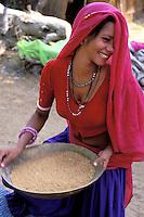 Inde. Rajasthan. Region de Tonk. Femme Rajpute. // India. Rajasthan. Tonk area. Rajpute woman.