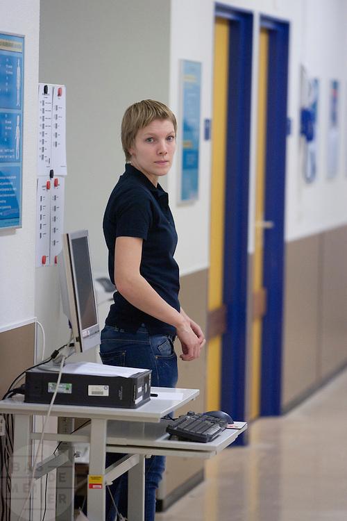 Een medewerker van het Calamiteitenhospitaal wacht bij de scanner op mogelijke slachtoffers. In het Calamiteitenhospitaal in Utrecht wordt een rampenoefening gehouden. De nadruk ligt op de contaminatie, door een gekantelde vrachtwagen zijn veel slachtoffers in aanraking gekomen met een chemische stof. Voor het eerst wordt er geoefend met een zogenaamde decontaminatietent. Als de tent bevalt, schaft het ziekenhuis zo'n tent aan. Bij de 'ramp' zijn 100 slachtoffers gevallen.<br /> <br /> An employee is waiting at the a scanner for possible victims. In the Trauma and Emergency Hospital in Utrecht an calamity training was held. The emphasis is on the contamination by an overturned truck, many victims are contaminated by a chemical. For the first time a so-called decontamination tent was used. If the tent fulfills the expectations, a tent will be purchased. The 'calamity' caused 100 victims.