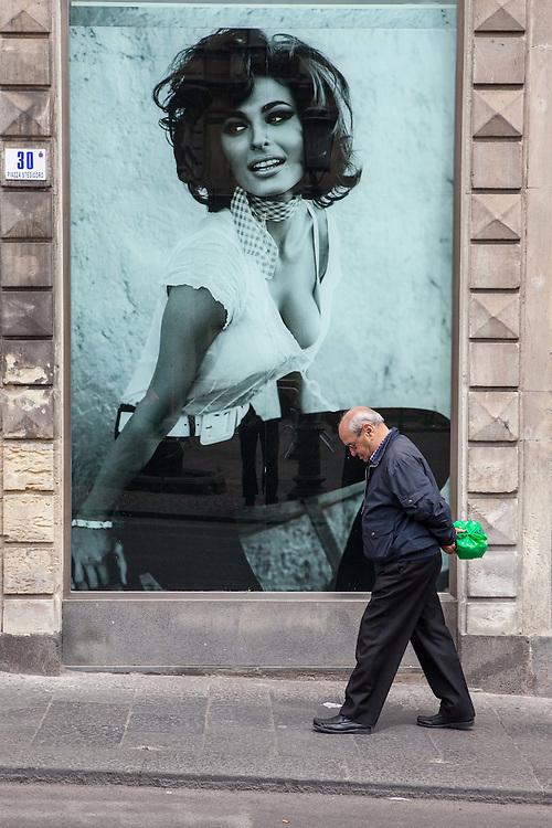 ITALY - ITALIEN; Projekt BELLA ITALIA - über die Schönheit und Hässlichkeit; Project BELLA ITALIA - on beauty and ugliness; HIER: SIZILIEN - SICILY - Catania: Mann und Werbung; Piazza Stesicoro...