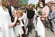 Houthalen Belgium  14 MAI 2017 Het Lentefeest van HVV/DE MENS is een seculiere communie viering om de overgang te vieren, tegelijk voor 6 en 12 jarigen.Aan het einde geven kinderen hun ouders een witte roos en krijgen ze felicitaties