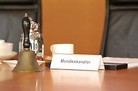 02 NOV 2005, BERLIN/GERMANY:<br /> Tischschild Bundeskanzler und Glocke, auf dem Kabinettstisch, vor Beginn der Kabinettsitzung des noch amtierenden rot-gruenen Kabinetts, Bundeskanzleramt<br /> IMAGE: 20051102-01-004<br /> KEYWORDS: Sitzung, Kabinett, Schild, Namensschild