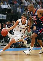 Basketball<br /> Foto: Witters/Digitalsport<br /> NORWAY ONLY<br /> <br /> 04.08.2004<br /> <br /> v.l. Steffen HAMANN - Tim DUNCAN USA<br /> Basketball - Tyskland - USA 77:80