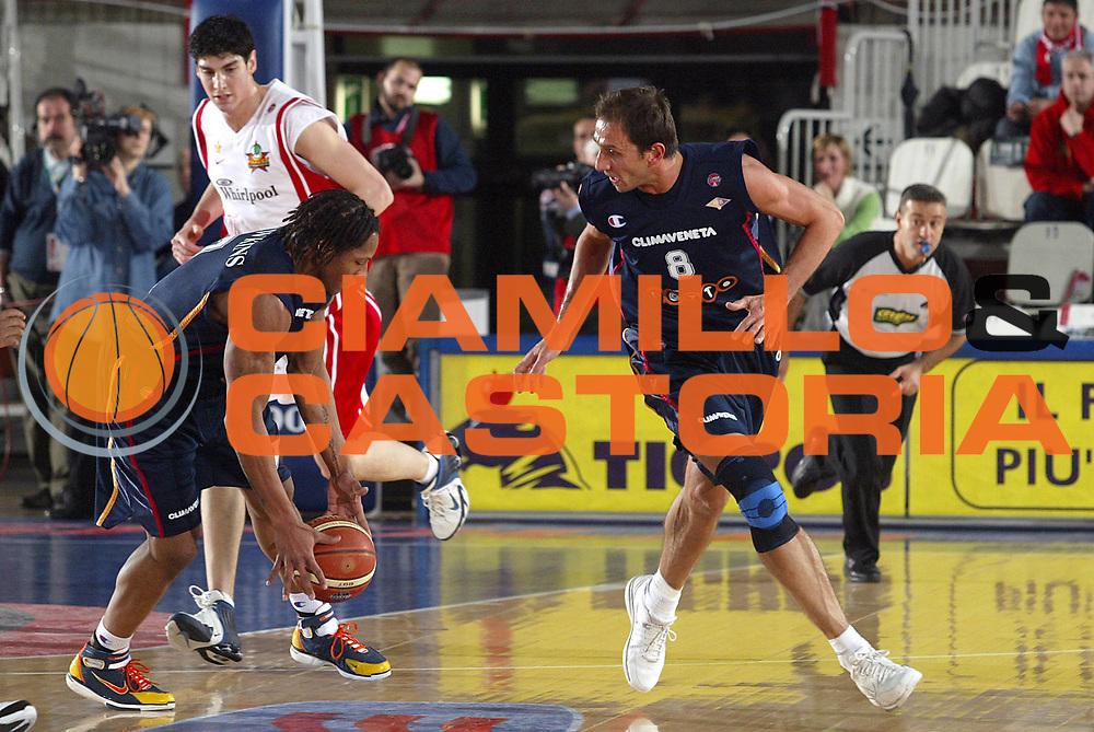 DESCRIZIONE : Varese Lega A1 2005-06 Whirlpool Varese Lottomatica Virtus Roma <br />GIOCATORE : Tonolli Hawkins<br />SQUADRA : Lottomatica Virtus Roma<br />EVENTO : Campionato Lega A1 2005-2006<br />GARA : Whirlpool Varese Lottomatica Virtus Roma<br />DATA : 24/02/2006<br />CATEGORIA : Palleggio<br />SPORT : Pallacanestro<br />AUTORE : Agenzia Ciamillo-Castoria/S.Ceretti<br />Galleria : Lega Basket A1 2005-2006<br />Fotonotizia : Varese Campionato Italiano Lega A1 2005-2006 Whirlpool Varese Lottomatica Virtus Roma<br />Predefinita :