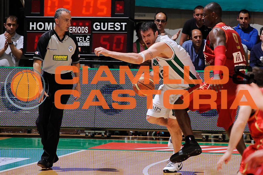 DESCRIZIONE : Siena Lega A 2008-09 Playoff Quarti di finale Gara 1 Montepaschi Siena Scavolini Spar Pesaro <br /> GIOCATORE : Ksistof Lavrinovic<br /> SQUADRA : Montepaschi Siena<br /> EVENTO : Campionato Lega A 2008-2009 <br /> GARA : Montepaschi Siena Scavolini Spar Pesaro<br /> DATA : 19/05/2009<br /> CATEGORIA : Palleggio<br /> SPORT : Pallacanestro <br /> AUTORE : Agenzia Ciamillo-Castoria/G.Ciamillo