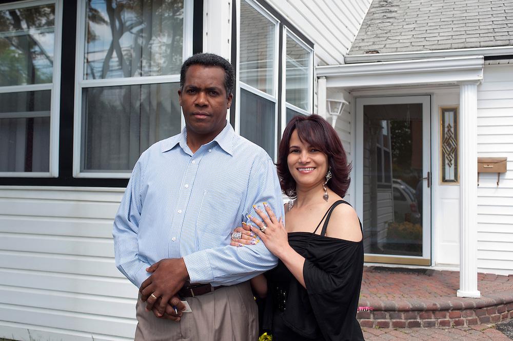 Rafael Diaz und Ehefrau vor ihrem Haus in Massapequa..Nassau County, Long Island, New York, USA..Nassau County ist einer der reichsten der USA. Trotzdem ist die lokale Regierung in Mineola nicht in der Lage ihren Haushalt zu finanzieren...