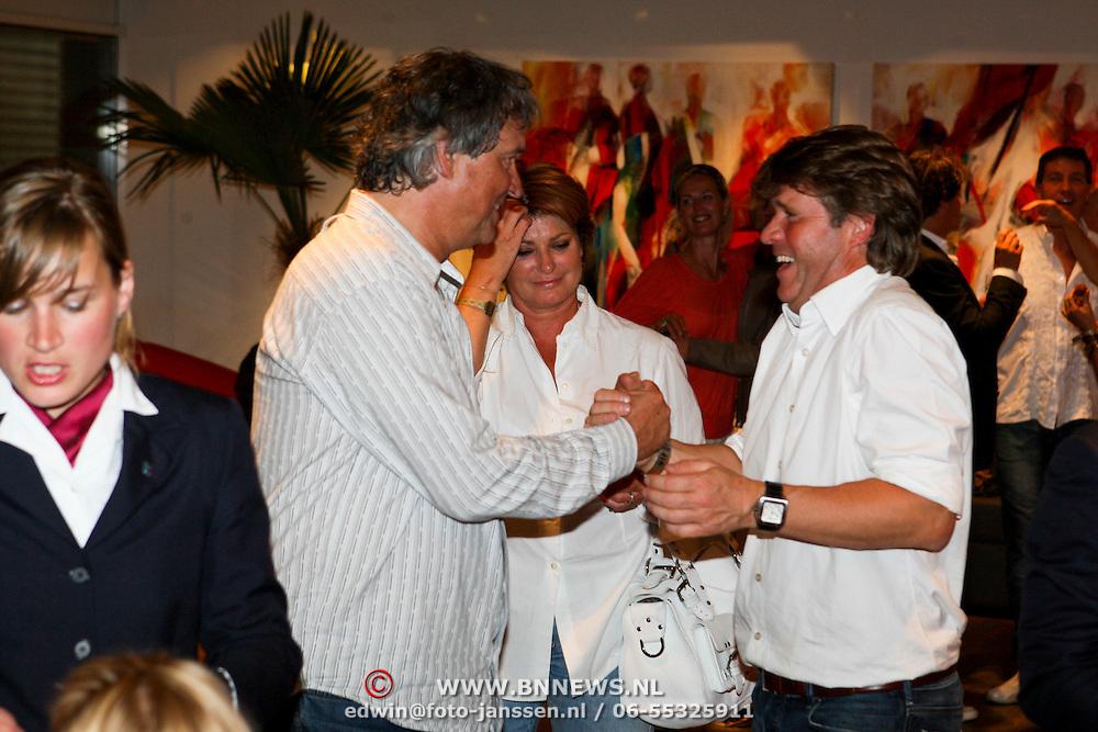 NLD/Amsterdam/20080524 - Toppers in Concert 2008, Yonne Brandsteder - Baggen met partner Ron Brandsteder in gesprek met Peter Gallas