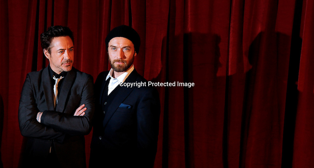 epa03028427 Actors and cast members US Robert Downey Jr. (R) and British Jude Law (L) pose fr a photograph as they arrive for the European premiere of Sherlock Holmes movie 'A Game of Shadows' at The Empire Leicester Square in London, Britain, 08 December 2011. The movie will premiere in British theaters on 16 December 2011.  EPA/KERIM OKTEN