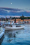 Fartyg en sen sommarkväll vid restaurangen Ångbåtsbryggan vid Nybroviken Strandvägen i Stockholm