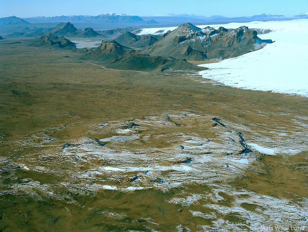 Skálpanes gigur séð til suðurs, Jarlhettur og Langjökull t.h. Bláskógabyggð áður Biskupstungnahreppur / Skalpanes crater viewing south. Jarlhettur mountains and Langjokull glacier right. Blaskogabyggd former Biskupstungnahreppur.