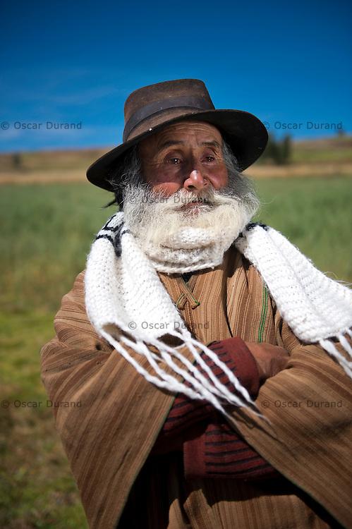 Maximiliano Cuba Sulca, 78, vestido en la forma tradicional de los Morochucos. Fotografiado en el pueblo de Chupascunca, Ayacucho.