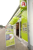 """17 AUG 2007, BERLIN/GERMANY:<br /> Aussenansicht der Discountapotheke """"easyApotheke"""" in Berlin-Hohenschoenhausen am ofiziellen Eroeffnungstag<br /> IMAGE: 20070817-01-004<br /> KEYWORDS: billig, Gesundheit, preiswert, Discount, Apotheke"""