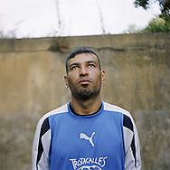 """Nazareno Silva, 26, Buenos Aires, Argentinien, war zwei Monate obdachlos, hat inzwischen ein Ein-Zimmer-Haus in einer illegalen Siedlung gekauft, das er mit seiner Frau und zwei Kindern teilt. Als Altpapiersammler und Straßenzeitungsverkäufer verdient er rund 85 Euro im Monat..,,Ich will in fünf Jahren besser leben als jetzt, will meine Kinder aufwachsen sehen - bloß nicht wieder in den Knast, wo ich nach einem bewaffneten Überfall eineinhalb Jahre gesessen habe.""""<br /> <br /> Nazareno Silva, age 26, Buenos Aires, Argentinia. Was homeless for 2 months. Since then, he has bought a single-room-house in an illegal settlement, shares it with his wife and two kids. Collecting used paper and selling street papers he earns about 85 Euros per month..""""In five years I want to live better than now. I want to see my kids grow up. And no way of going back to jail, where I had been for 1 ½ year for armed robbery.""""<br /> <br /> Nazareno Silva, 26 años, Buenos Aires, Argentina, se quedó dos meses sin hogar, ahora se compró una habitación en un asentamiento ilegal, que comparte con su mujer y sus dos hijos. Recogiendo papeles usados y vendiendo periódicos de la calle, él gana unos 85 euros al mes.<br /> """"En cinco años quiero tener una vida mejor que ahora. Quiero ver a mis hijos crecer. Y no hay forma de volver a la cárcel, donde he estado por un año y medio después de un robo a mano armada."""""""