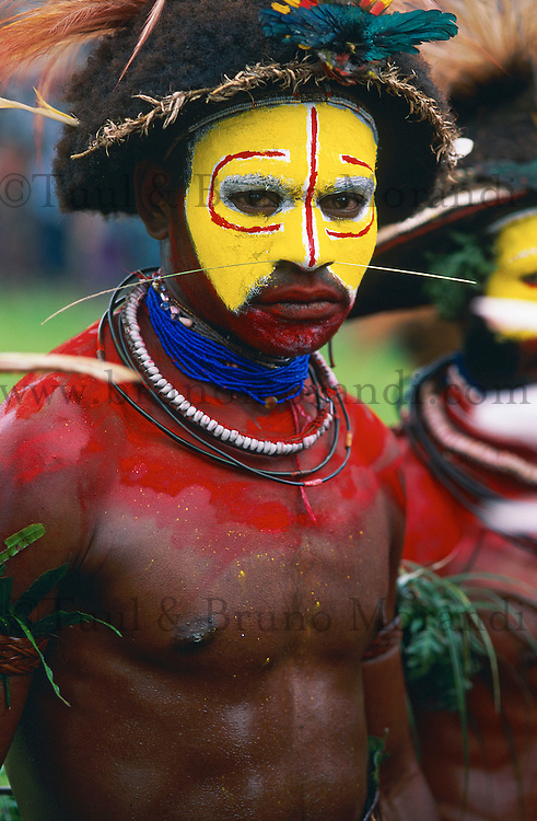 Papouasie Nouvelle Guinee. Western Highland. Mt. Hagen. Sing Sing annuel. Mt Hagen Cultural Show. // Papua New Guinea. Western Highland. Mt. Hagen. Sing Sing of Mount Hagen. <br /> The annual Mt. Hagen Cultural Show brings together many ethnic groups from all the country. The Show plays a significant role in promoting awareness and revival of ancient cultures against the threats of extinction by western influence, religion and urban drift.