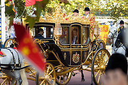 London, October 20th 2015. Following a Ceremonial welcoming to the UK by the Queen and The Duke of Edinburgh at Horse Guards Parade, a procession of carriages travels down the Mall past thousands of Chinese expatriates and Tibetan protesters. PICTURED: The Queen travels with President Xi in her State carriage