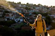 Lavras_MG, Brasil.<br /> <br /> Empresa de Fumace Costal que espalha veneno para combate a dengue em Lavras, Minas Gerais.<br /> <br /> Spreading poison to combat dengue in Lavras, Minas Gerais.<br /> <br /> Foto: LEO DRUMOND / NITRO