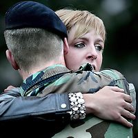 Nederland,Doorn ,1 juni 2008..Een groep mariniers van het Korps Marine in Doorn heeft vanmorgen afscheid genomen van geliefden, familie en vrienden voor een 5 maanden missie naar Tsjaad. Marines from Marine Corps say goodbye before leaving for  their mission to Tchad.