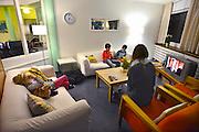 Nederland, Nijmegen, 14-2-2014Logeerhuis, weekendopvang, kinderhotel, voor kinderen met een psychische stoornis, vooral autisme. Het kleine meisje op de foto is Luna. Nadat de kinderen aangekomen zijn vertrekken de ouders en nemen de begeleiders het over.Foto: Flip Franssen