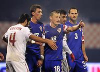 Fussball International, Nationalmannschaft   EURO 2012 Play Off, Qualifikation, Kroatien - Tuerkei       15.11.2011 (v. li., ) Egemen Korkmaz (Tuerkei) gegen Mario Mandzukic (Kroatien) gegen Ivica Olic (Kroatien) gegen Josip Simunic (Kroatien)