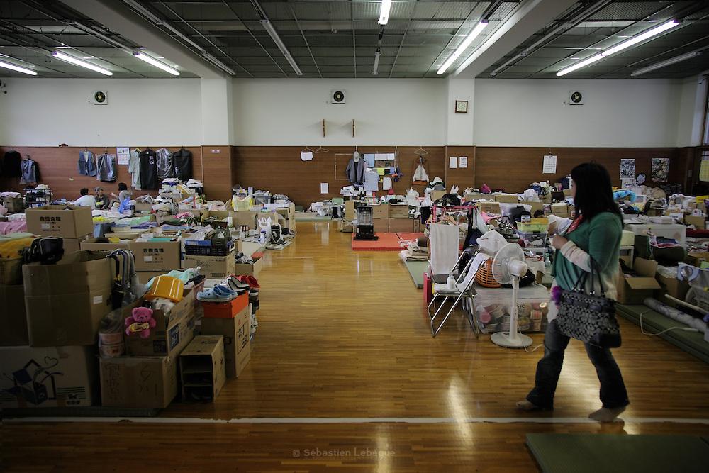 Onagawa - Elsa ABE - Centre de réfugiés Undôjô sôgô taikukan - Juin 2011<br /> Depuis le 11 mars, la population est logée dans le Undôjô sôgô taikukan, complexe sportif à la sortie de la ville. Bien que beaucoup aient pu rejoindre leurs familles ou se faire allouer par l'état une habitation provisoire, les salles sont encore largement peuplées. .Les accessions au logement progressent, certains emplacements dans les gymnases se vident pendant que d'autres s'aménagent en confort. L'espace personnel des familles ainsi s'élargit et atteint une once de vie privée supplémentaire.